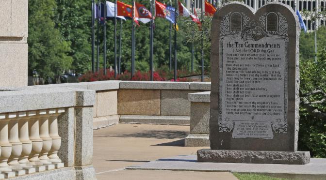 Corte de Oklahoma ordena quitar monumento de Diez Mandamientos
