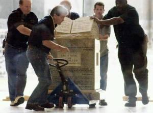 Retirando el monumento a los 10 mandamientos de una edificio estatal en EEUU