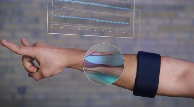 Crean un brazalete para controlar objetos con sólo mover la mano
