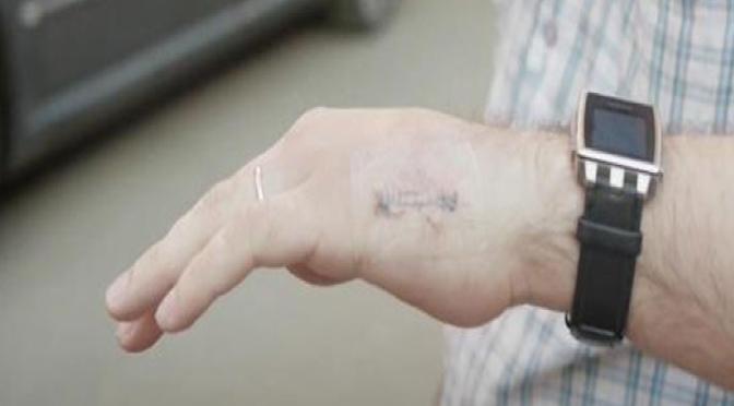 Ingeniero ruso se implanta una tarjeta de transporte en su mano