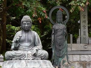Mezcla de budismo (izquierda), con sintoísmo (derecha)