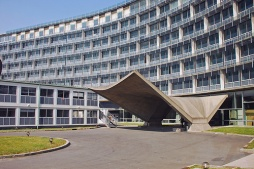 El carácter internacional del edificio se percibe en cuanto se penetra en él por el pórtico de hormigón de la entrada de la Avenida Suffren, que tiene forma de cofia de monja.