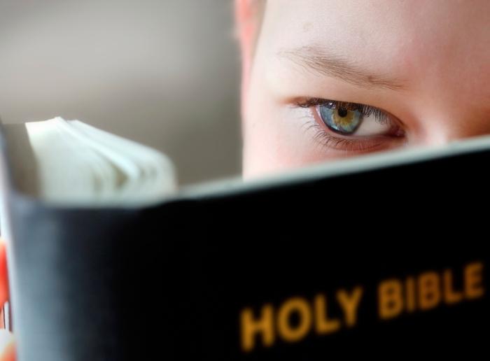 niño leyendo Biblia.jpg