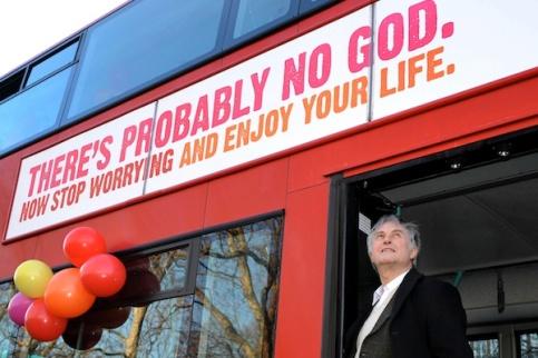 Profesor Richard Dawkinsen un autobús que promociona el ateísmo. Kensington Gardens, London.
