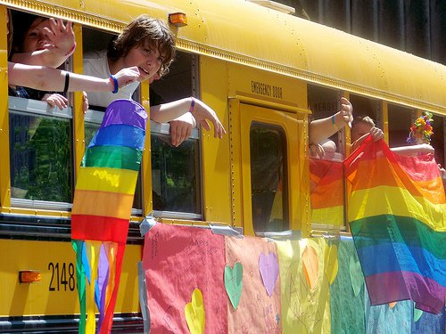 gay-bus-escolar