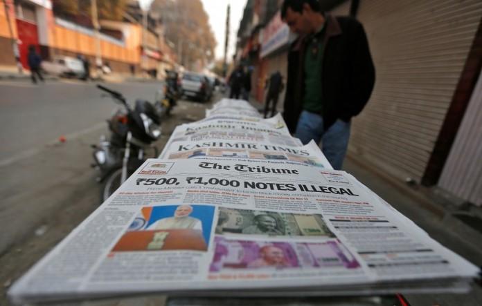 """El titular del diario lee: """"Notas de 500 y 1.000 Rupias son ilegales"""""""