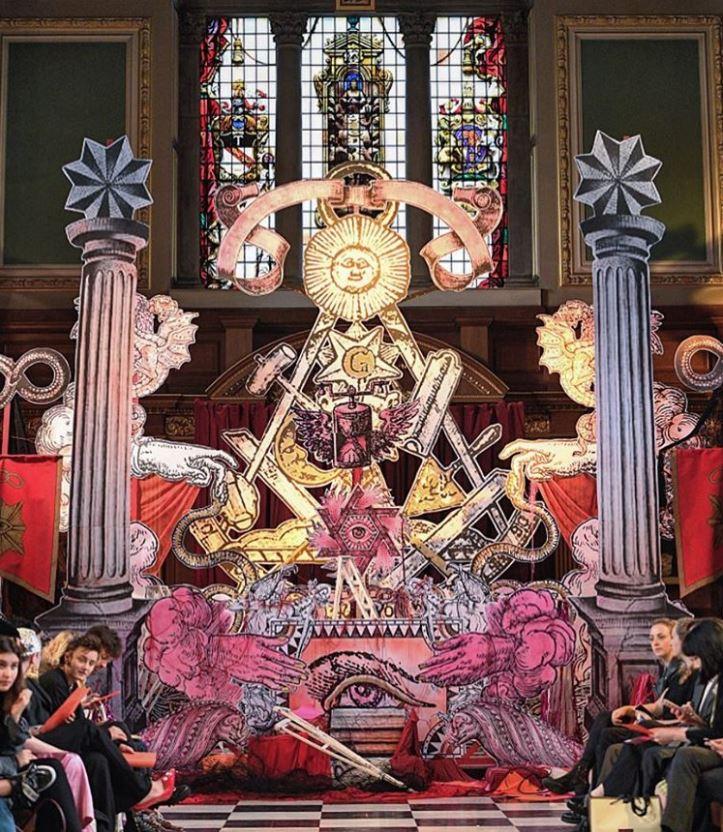 Desfile satanico en la iglesia