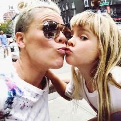 pink y su hija 2.jpg