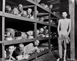 Interior de una barraca en Auschwitz