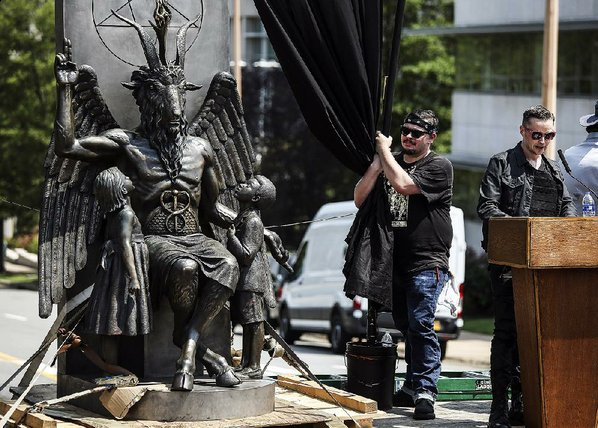 estatua satanica Arkansas