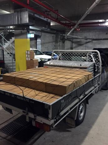 Camioneta cargada con cientos de Biblias para ser llevadas a hoteles.