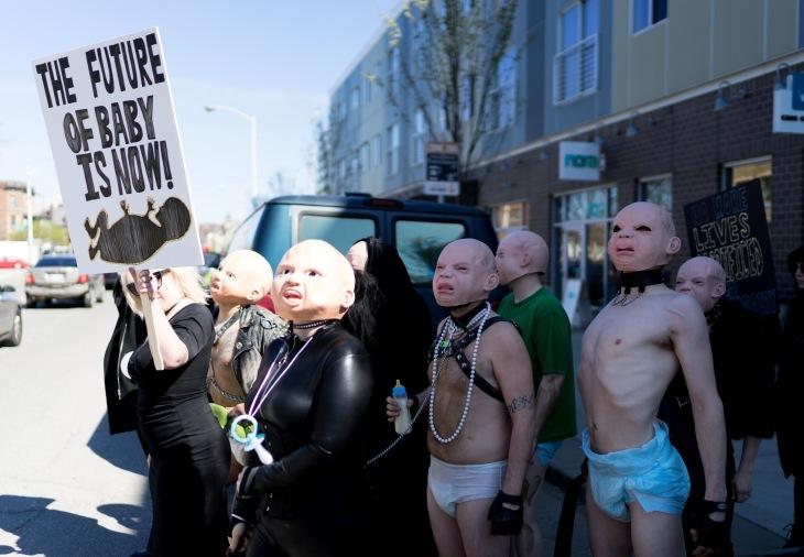 iglesia satanista protesta en clinica abortista leche 2