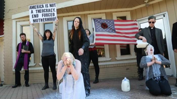 iglesia satanista protesta en clinica abortista leche 3