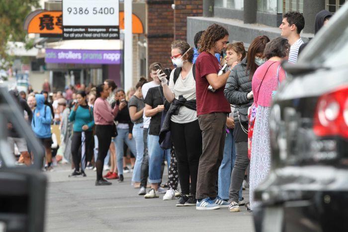 fila de personas en oficinas de desempleo